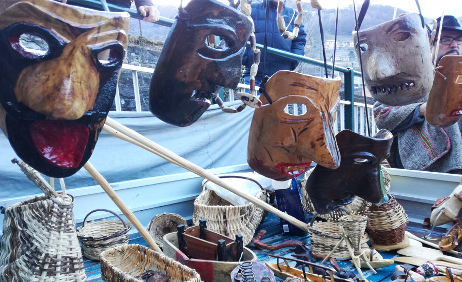 Tipiche maschere in legno fatte a mano