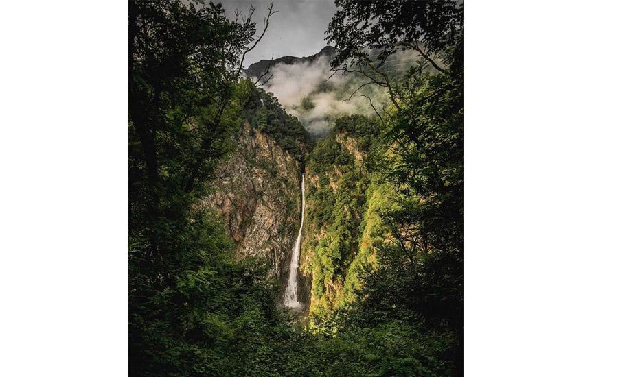una cascata meravigliosa con un salto di oltre 100 metri